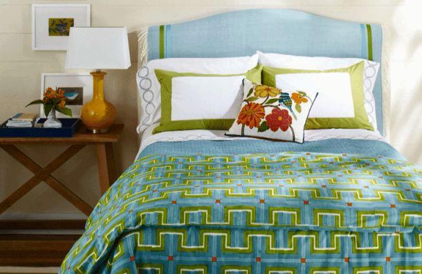 Украсить изголовье кровати декоративными подушками