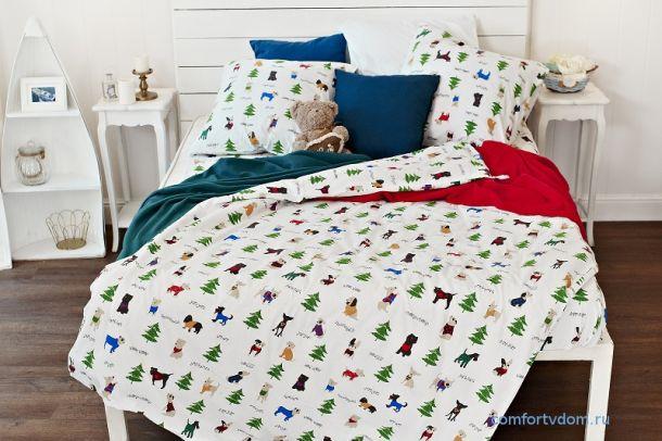 Яркие элементы на постели